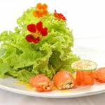 Salada verde com salmão e ricota.