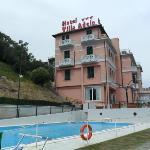 veduta dell'hotel con piscina