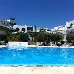 vue de la piscine vers l'hotel