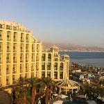 Hotel und Pool in der Abendsonne - im Hintergrund die jordanische Küste