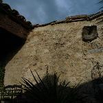 Vue de la terrasse, vieux murs de pierre
