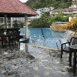 Au bord de l'une des deux piscines débordante mai pen rai