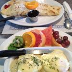 Crêpe de fraises et framboises et œfs bénedictines au saumon fumè