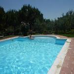 descansando en la piscina
