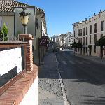Calle Armiñan a un lado del hotel, al fondo Puente Nuevo