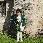 Vestito per il Calendimaggio, sullo sfondo muro romano in giardino