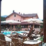l'albergo visto dal gazebo della piscina