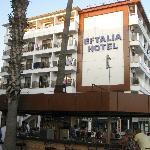 Hotelaußenansicht mit Barbereich (Straßenansicht)