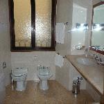 salle de bain grande mais vétuste