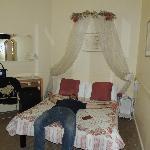 il letto carino e la scrivania consistevano negli unici arredi(più uno scaffale di ferro)