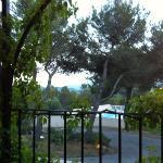 une belle vue sur la vallée et la piscine pour la dîner