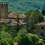 L'antico borgo di San Vincenti visto dall'altra parte della vallata