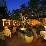 Romantischer Innenhof bei Nacht