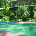 La piscina, atrás el restaurante