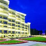 M`Istra`l Hotel & SPA: front side (night)