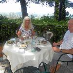 Im Garten vom Villa Vento mit Blick auf die wunderschöne Landschaft