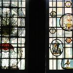 Een van de vele versierde ramen