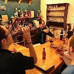 Variedad en cervezas y vinos internacionales a precios económicos.