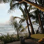 Banca de playa, vista al mar, zona de surfistas