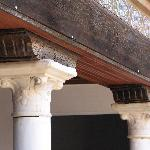 verzierte Säulen, Kapitelle und Balken