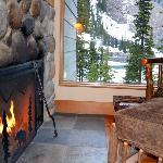 O hotel Lake Moraine inserido na paisagem