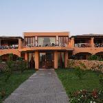 Hotelkomplex mit Superior Zimmern rechts und Speisesaal mit Terrasse links
