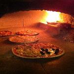 la pizza, cotta nel forno a legna!