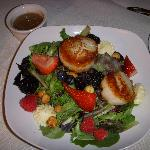 Scallops and berries salad