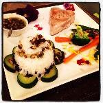 pavè di tonno con riso aromatizzato ai fiori e salsina buonissima