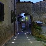 L'accesso all'Osteria con il tramonto su Monteriggioni