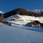 Beim Hotel Ski anschnallen und schon geht's hoch in dieser grandiosen Bergwelt.