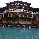 Vista de la piscina y el restaurante