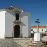 La chiesetta e sullo sfondo le camere
