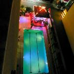 avondzicht op bar en zwembad