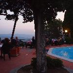 Vue de la piscine de nuit/view from the pool at sunset