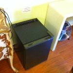 Mini refrigerdador y ventilador de la habitacion