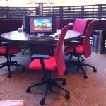 パソコン4台、プリンターもあって便利。部屋でもWi-Fi可。