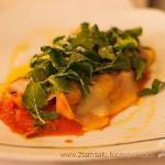 Cappelletti rellenos de carne, con salsa de tomate, jamón serrano, rucola y queso ahumado