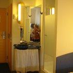 łazienka pół w pokoju