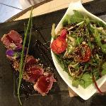 tonno rosso alla piastra con frutta secca e semi  di papavero e  insalata mista