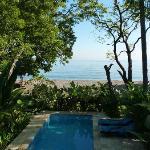 piscine privée à quelques mètres de la plage