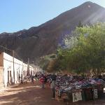 Puestos de artesanos en plaza de Purmamarca