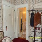 L'armadio e l'ingresso del bagno