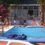 Zona de la piscina y cafeteria al fondo