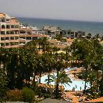 Vista del recinto de piscina desde el balcón de la habitación
