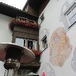 Flot maleri over hoveddøren til hotellet, som også beskriver hotellets 1000 årige historie.