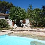 La piscine et la maison d' hôtes