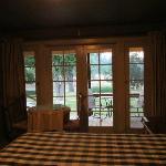 Habitación, vista al porche y al patio