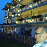 l'hotel Alpino illuminato la sera