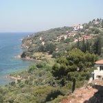 Blick vom Balkon auf die Küste von Vathi